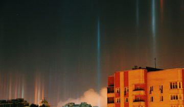 Мороз порадовал питерцев чарующим явлением — световыми столбами