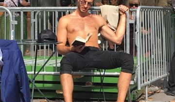 Группа анонимов собирает в Инстаграм снимки горячих парней с книгами