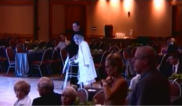 На танцплощадку вышла беспомощная старушка и собрала 3,8 млн. просмотров