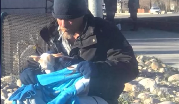 Бездомный мужчина спас собачку, а та изменила его жизнь