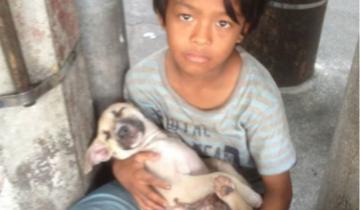 Брошенный родителями, мальчик поет колыбельную бездомной собачке
