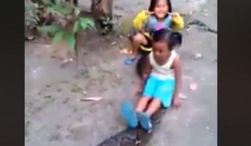 Девочки катаются на гигантском питоне: видео собрало 12 млн. просмотров