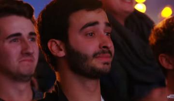 Парень вышел на сцену, чтобы довести зрителей до слез