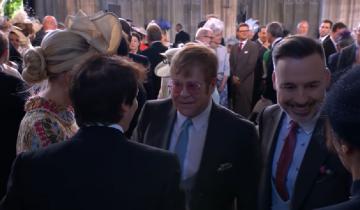 «Страстный» поцелуй Бэкхема и Элтона Джона взбудоражил соцсети