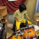 8-летняя барабанщица мастерски играет партию из Led Zeppelin