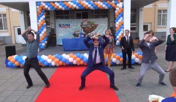 Танец учителей на выпускном собрал почти 1,5 миллиона просмотров