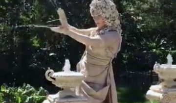 Фантастика! Статуя в фонтане ожила!