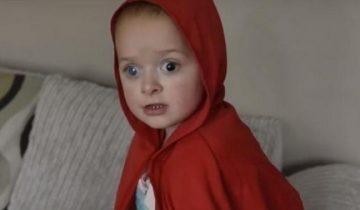 Девочка с рождения не переносит солнечный свет, поэтому родители прозвали её «маленьким вампиренышем»
