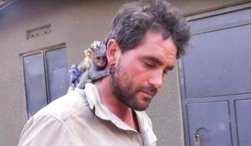 Мужчина спас обезьянку от пожара. Она отблагодарила его!