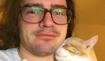 Он взял кота из приюта и теперь кот не перестает его обнимать!
