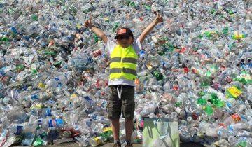«Животные умирают из-за бутылок в океане». Мальчик собрал 500 тысяч бутылок