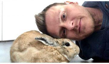 До трагедии парень был безразличен к животным, но крошечный кролик все изменил!