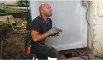 Пожарный из Италии не сдержал свои эмоции, когда спас котенка