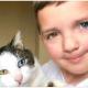 Мальчик с разным цветом глаз отыскал крошечного котенка с такими же глазками