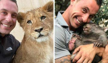 Работник зоопарка искренне счастлив, что может обниматься со всеми этими животными!